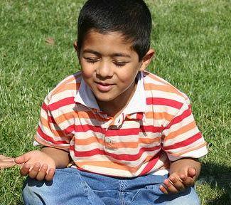 benefici della meditazione - bambino che medita